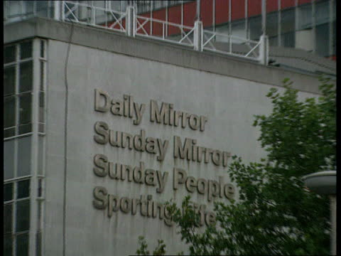 stockvideo's en b-roll-footage met arms/mossad allegations england london holborn ms signs on wall 'daily mirror' sunday mirror' 'sunday people' pull - daily mirror