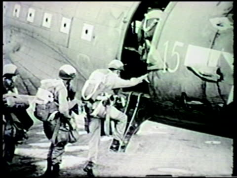 vídeos y material grabado en eventos de stock de s army 503rd infantry regiment paratroopers boarding douglas c47 skytrain on airbase at port moresby vs c47 skytrain airplanes taking off from... - soldado paracaidista