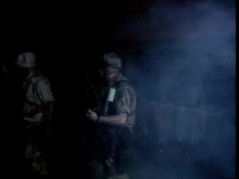 vídeos de stock e filmes b-roll de us army act as un 'quick reaction force' rangers searching streets and buildings hunting for warlord general aideed / lieutenant colonel bill... - 1993