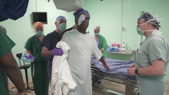 vídeos de stock, filmes e b-roll de us army and air force opthalmologists perform cataract surgery on local patients in guyana in support of new horizons 2019 - ponto de costura