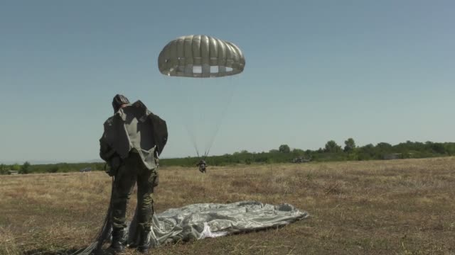 us army and bulgarian special forces soldiers conduct static line parachute training from an uh60 black hawk helicopter at plovidiv bulgaria 20... - fallschirmjäger stock-videos und b-roll-filmmaterial