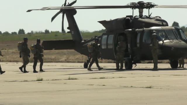 stockvideo's en b-roll-footage met us army and bulgarian special forces soldiers conduct static line parachute training from an uh60 black hawk helicopter at plovidiv bulgaria 20... - amerikaans strijdkrachten