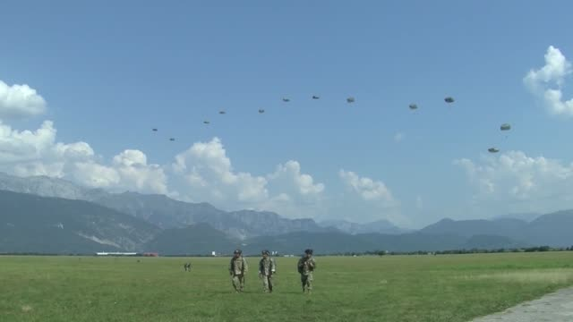vídeos y material grabado en eventos de stock de us army and czech paratroopers conduct an airborne operation from a us air force ch47 chinook helicopter at juliet drop zone in pordenone italy on 22... - regimiento
