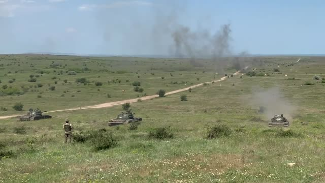 army and romanian joint force command conduct live fire exercise during saber guardian, romania - 酋長点の映像素材/bロール