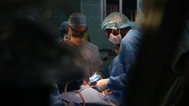 vídeos de stock, filmes e b-roll de us army and senegalese military medical professionals perform several surgical procedures during medical readiness exercise 192 at hospital military... - ponto de costura