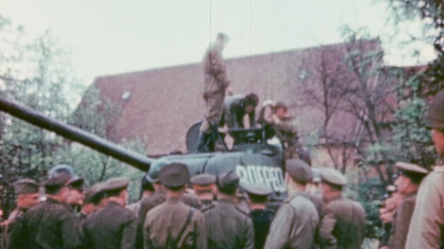 vidéos et rushes de s army and soviet army soldiers and officers watching tank crew demonstrate a rotating turret / torgau germany - armée rouge