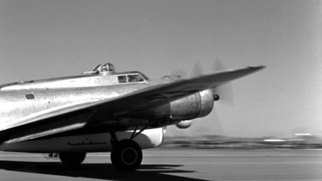 vídeos y material grabado en eventos de stock de a b-17 army bomber lands on a california airfield in 1940. - 1946