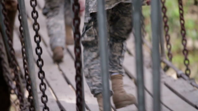 stockvideo's en b-roll-footage met amerikaanse leger cadetten in uniform lopen over bridge, close-up van laarzen, slow motion - militaire training