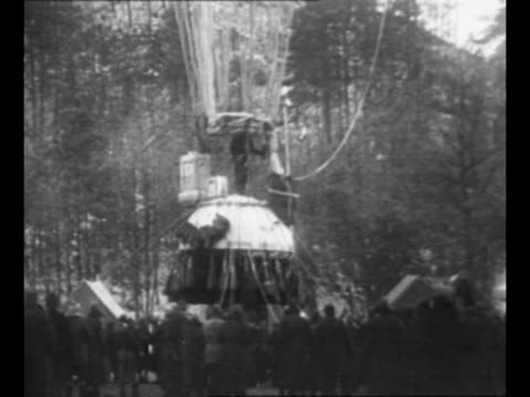 vídeos de stock e filmes b-roll de army captains albert w. stevens and orvil a. anderson pose for photo / stevens and anderson lift off from south dakota's stratobowl in balloon with... - embarcação comercial