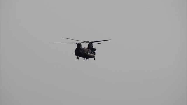 army ch-47 chinook helicopter from company b, 1st battalion, 214th aviation regiment, 12th combat aviation brigade returns from conducting a traffic... - landefahrwerk stock-videos und b-roll-filmmaterial