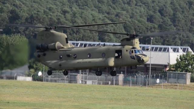 army ch-47 chinook helicopter from company b, 1st battalion, 214th aviation regiment, 12th combat aviation brigade returns from conducting a traffic... - infanteri bildbanksvideor och videomaterial från bakom kulisserna