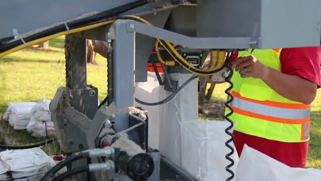 vídeos de stock e filmes b-roll de army corps of engineers join forces with south carolina national guard as part of hurricane florence response and recovery operations in horry... - planeamento civil de emergência