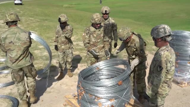 vidéos et rushes de army engineers units install concertina wire along the anzalduas international bridge at the us customs and border protection port of entry in... - erection