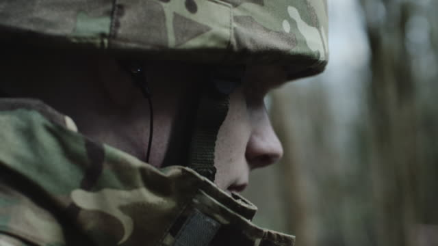 stockvideo's en b-roll-footage met army exercise in forrest - army