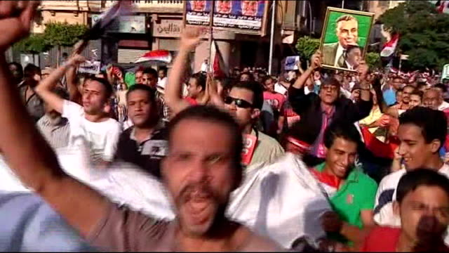 vídeos de stock, filmes e b-roll de army gives government 48 hours to resolve crisis egypt cairo ext egyptian army helicopters flying over tahrir square high angle shot of mass... - desespero