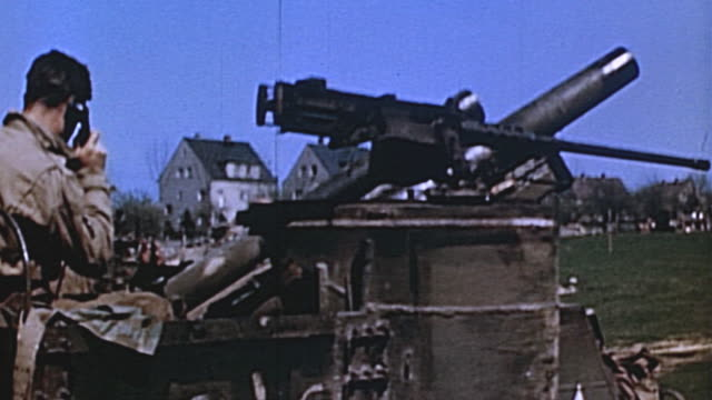 vidéos et rushes de s army gunners firing tracking and loading selfpropelled howitzer during wwii european campaign / germany - véhicule militaire terrestre