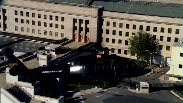 vídeos de stock e filmes b-roll de a us army helicopter flying over the pentagon during patrolling. - arlington virgínia