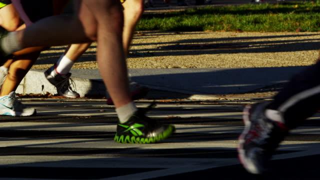 vídeos y material grabado en eventos de stock de u.s. army marathon participants run in a group. - paso largo