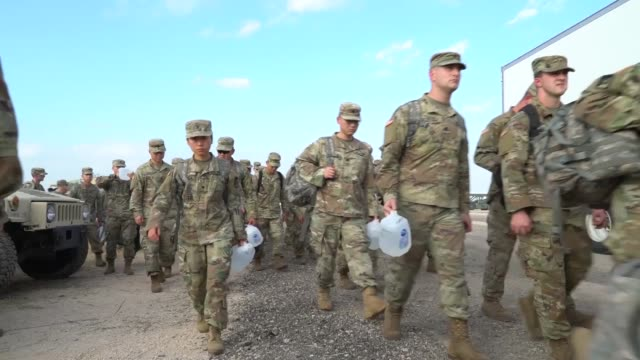 vidéos et rushes de 63 army medics from the 547th medical company arrive at the logistics support area at the donnario bravo us customs and border protection port of... - sud ouest américain