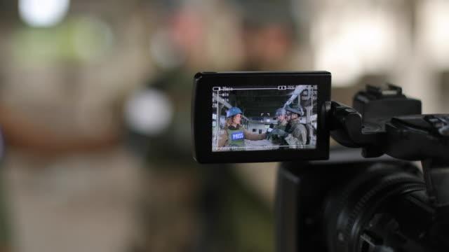 armee-männer geben interview für presse im kriegsgebiet - journalist stock-videos und b-roll-filmmaterial