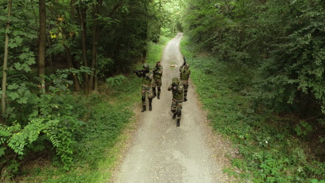 stockvideo's en b-roll-footage met leger mannen op vijandige terrein - militaire training