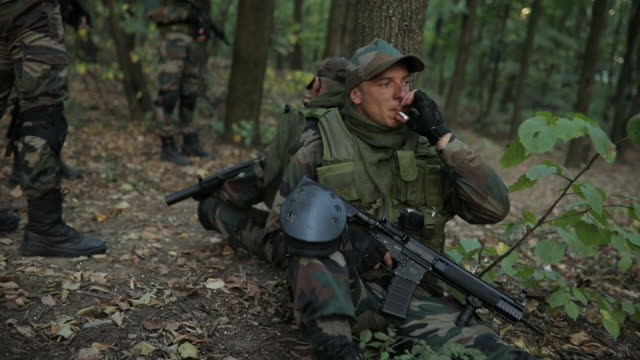 vidéos et rushes de hommes de l'armée prend une pause - se reposer