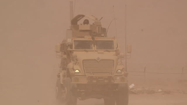 vídeos de stock e filmes b-roll de us army military vehicles travelling through helmand province afghanistan - helmand