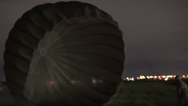 stockvideo's en b-roll-footage met us army national guard soldiers conduct airborne operations training from c17 globemaster at san antonio texas during exercise ropedo 23 march 2019 - missiehuis