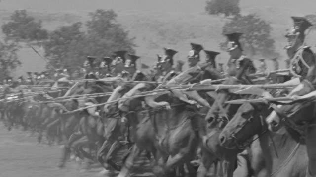 vídeos y material grabado en eventos de stock de ms army of lancer soldiers in row on horseback marching forward carrying flags / unspecified  - caballería