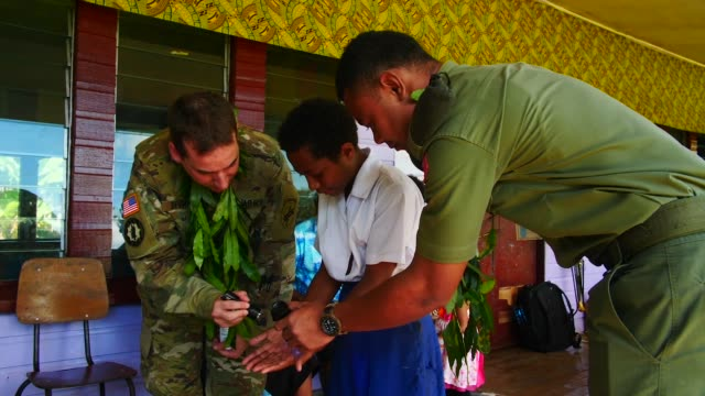 vídeos de stock e filmes b-roll de army pacific soldiers conducted a civil outreach event at seaqaqa district school in fiji to demonstrate healthy lifestyle practices, 1 august 2019. - política e governo