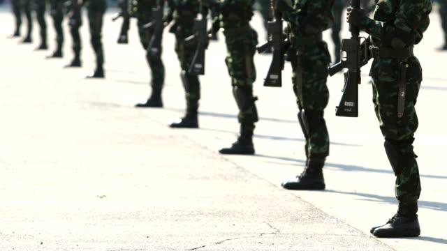 armee parade - marineinfanterie stock-videos und b-roll-filmmaterial
