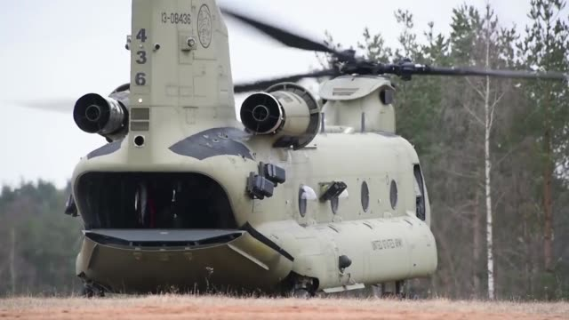 army paratroopers assigned to the 173rd airborne brigade conduct airborne operations with support of ch-47f chinook helicopters assigned to task... - 戦隊点の映像素材/bロール