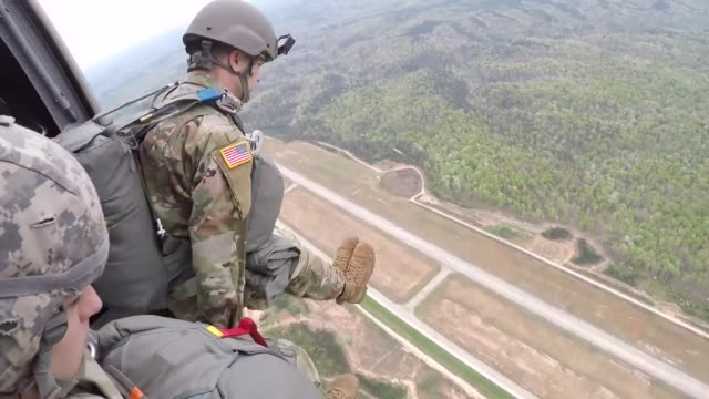 vídeos y material grabado en eventos de stock de us army paratroopers conduct an airborne jump from an uh60 black hawk helicopter at spaulding county airport dallas georgia 13 april 2019 - soldado paracaidista