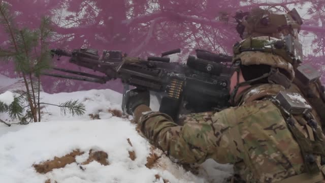 vidéos et rushes de us army paratroopers from abel co 2nd battalion 503rd infantry regiment 173rd airborne brigade conduct offensive operations with british troops... - manoeuvre militaire