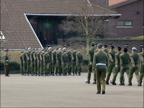 army recruits inquiry findings r14030510 hampshire winchester army recruits on parade ground date gvs deepcut barracks - barracks stock videos & royalty-free footage