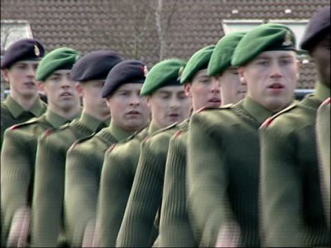 vídeos de stock e filmes b-roll de army recruits inquiry findings; r14030510 hampshire: winchester: ext army recruits marching on parade ground at army training camp - hampshire