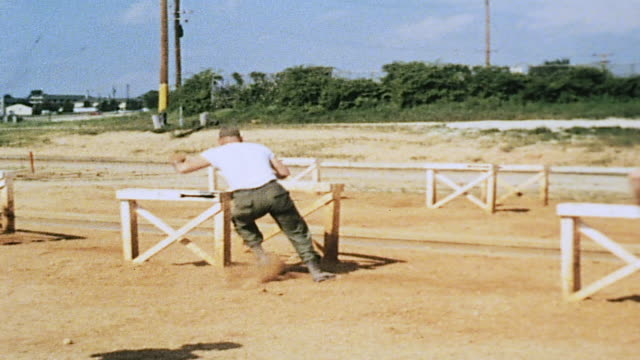vídeos de stock, filmes e b-roll de ws army recruits negotiating obstacle course / fort leonard wood missouri united states - campo de treinamento militar