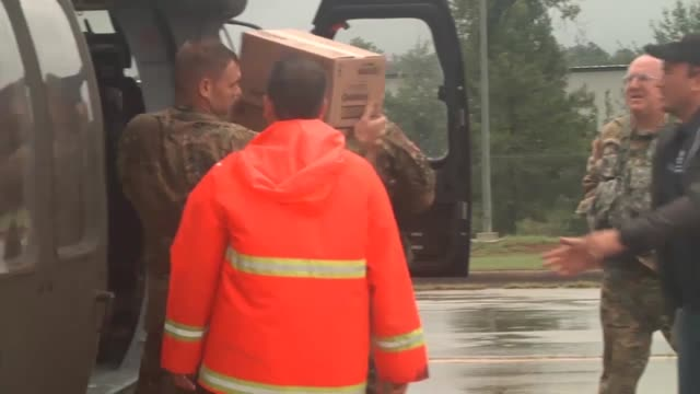 vídeos de stock, filmes e b-roll de us army reserve aviation command soldiers from 1158th assault helicopter battalion delivered critical medical supplies to representatives from the... - passe de bola