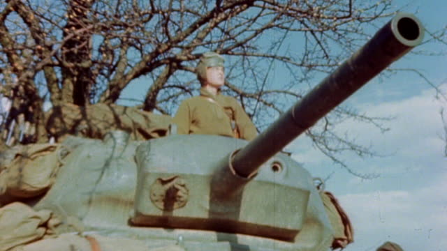 vidéos et rushes de s army sentry standing in the open hatch and turret of an m4 sherman tank during world war ii european campaign¬† - world war 1