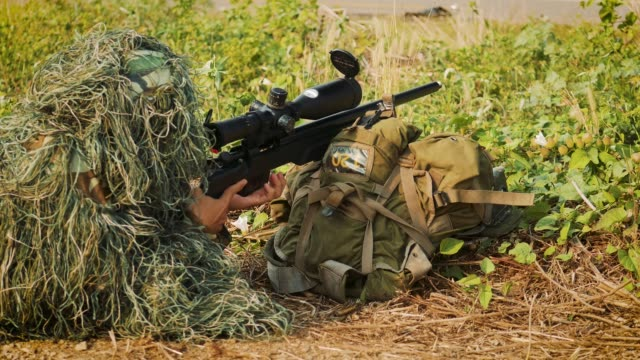 armee scharfschütze militäroperation schlacht blick durch das zielfernrohr auf dem gebiet - nato stock-videos und b-roll-filmmaterial