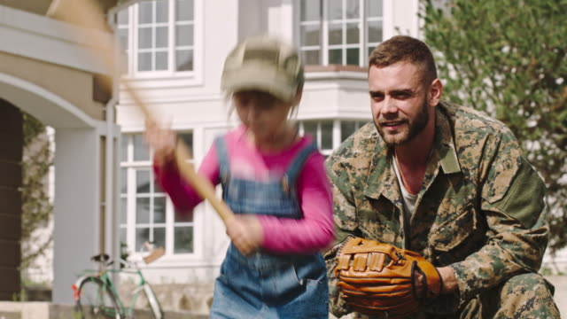 stockvideo's en b-roll-footage met army soldier enjoying playing baseball with daughter - honkbal teamsport