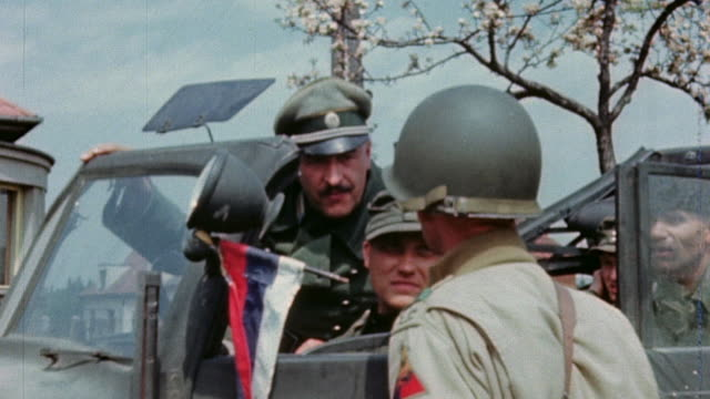 vidéos et rushes de s army soldier giving directions to german army staff officers driving in to surrender in staff car - wehrmacht