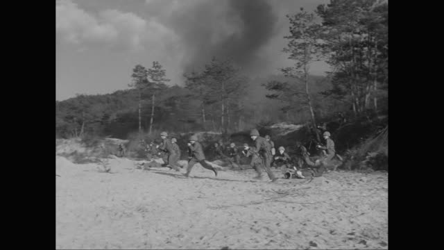 stockvideo's en b-roll-footage met ws pan army soldier holding weapon and fighting with enemy / united states - 1955