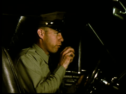 vídeos de stock, filmes e b-roll de cu, army soldier talking on cb radio sitting in car, berkeley, california, usa - sentar