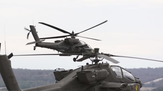 us army soldiers assigned to 1st air cavalry brigade conduct forward arming and refueling point operations with ah64 apache helicopter at fort hood... - アパッチヘリコプター点の映像素材/bロール