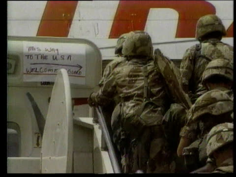 army soldiers boarding airplane with smiling stewardess - ペルシャ湾点の映像素材/bロール