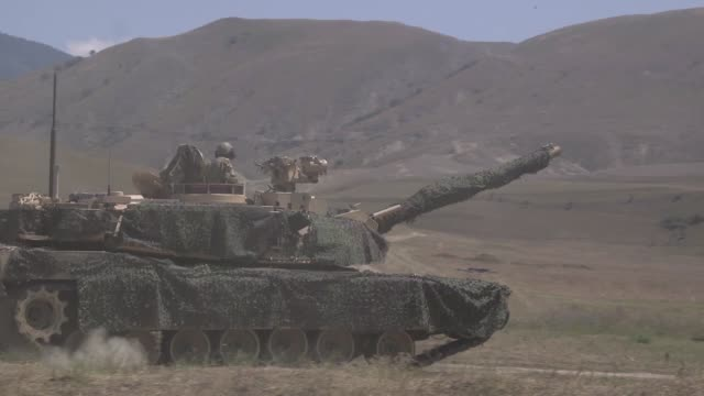 us army soldiers conduct a live fire exercise with an m1a1 abram tank during agile spirit 19 in orpholo georgia 1 august 2019 - heckklappe teil eines fahrzeugs stock-videos und b-roll-filmmaterial