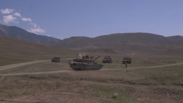 army soldiers conduct a live fire exercise with an m1a1 abram tank during agile spirit 19 in orpholo, georgia, 1 august 2019. - 酋長点の映像素材/bロール