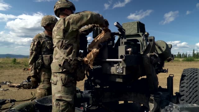 army soldiers conduct artillery training with an m101 howitzer at eielson air force base, alaska during exercise red flag, 14 june 2019. - howitzer stock videos & royalty-free footage