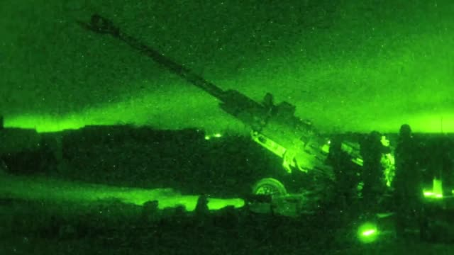 vídeos y material grabado en eventos de stock de us army soldiers fire a m777 howitzer at night from qayyarah west airfield iraq to disrupt known enemy positions 10 may 2019 - irak